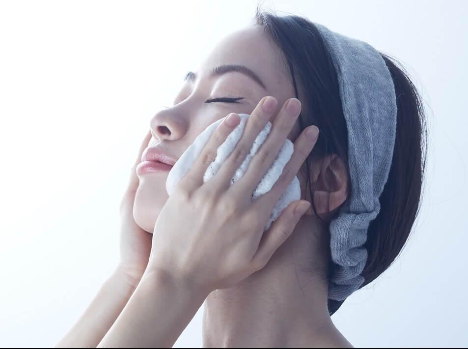 炭酸クレンジングを顔につける女性