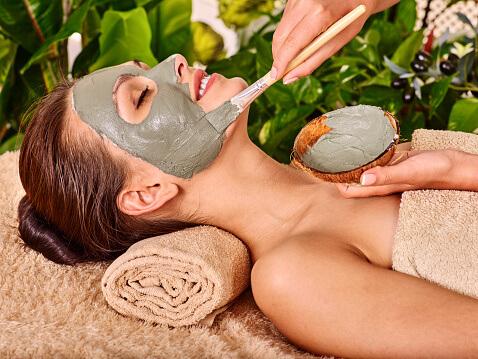 毛穴の黒ずみを治すため、泥洗顔をされている女性