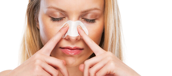 鼻の毛穴の黒ずみを洗顔にて治そうとしている女性