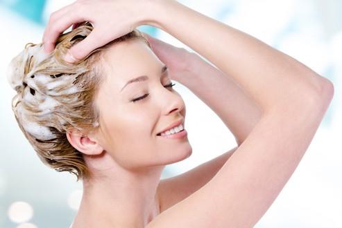 クリームシャンプーで髪を洗っている女性