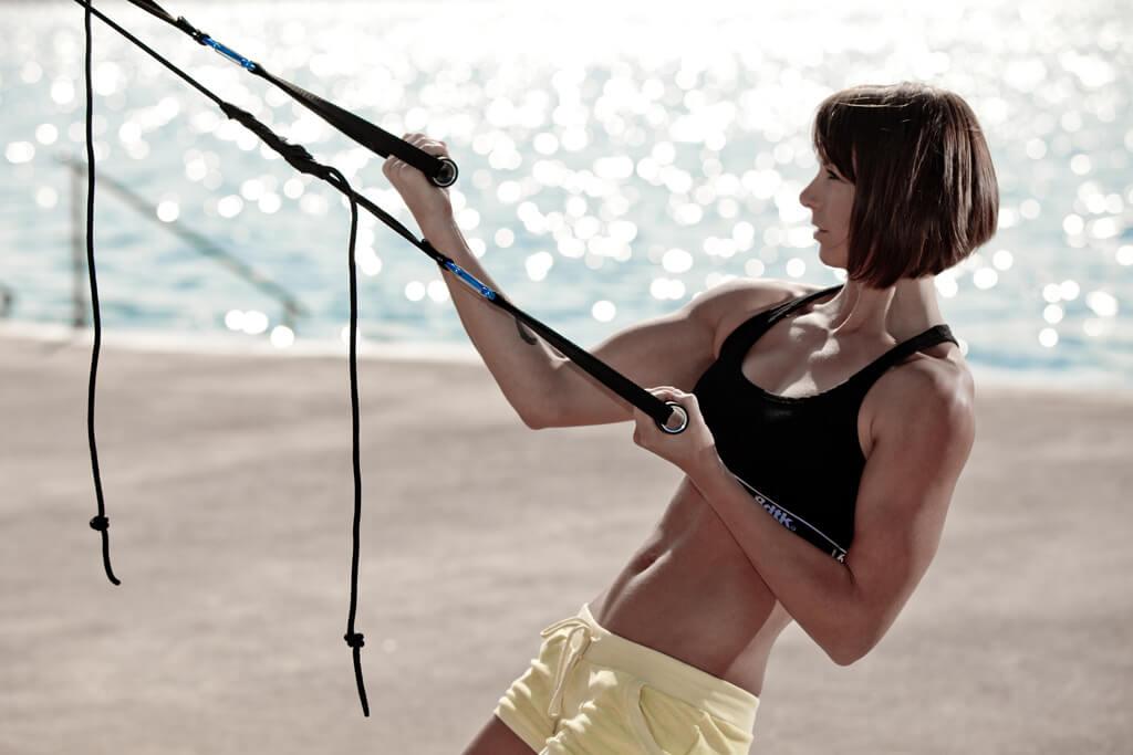 HMBサプリでトレーニングをする女性