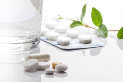 HMBサプリの錠剤がテーブルの上においてある画像